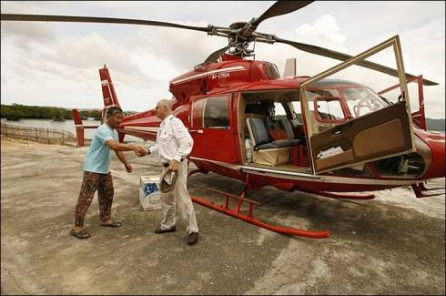 Hélicoptère se posant près d'une ferme perlière