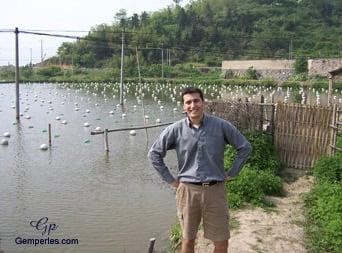 Arnaud, confondateur de Gemperles, posant devant un lac perlier
