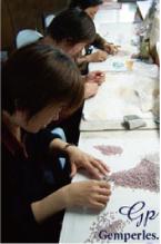 Ouvrières spécialisées dans le tri, l'enfilage et le calibrage des perles de culture d'eau douce