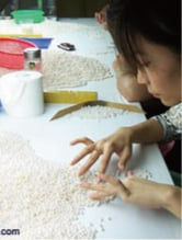Claire, cofondatrice de Gemperles, examinant le lustre et l'orient de la dernière récolte de perles de culture d'eau douce