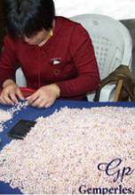 Ouvrière spécialisée dans le tri et l'enfilage des perles de culture d'eau douce