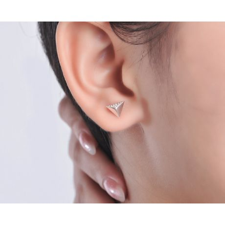 Boucles oreilles clous forme pyramidale. Or blanc, diamants