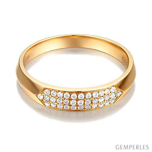 Alliance biseautée pour femme. Or jaune, pavage diamants