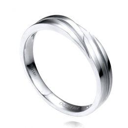 Alliance homme or blanc stylé en diagonale. Diamant clos 0.010ct