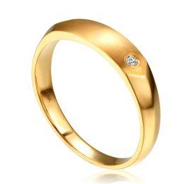 Alliance biseautée homme. Or jaune, diamant serti clos