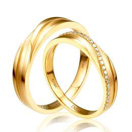 Alliances de mariage ciselées en diagonales. Or jaune, diamants