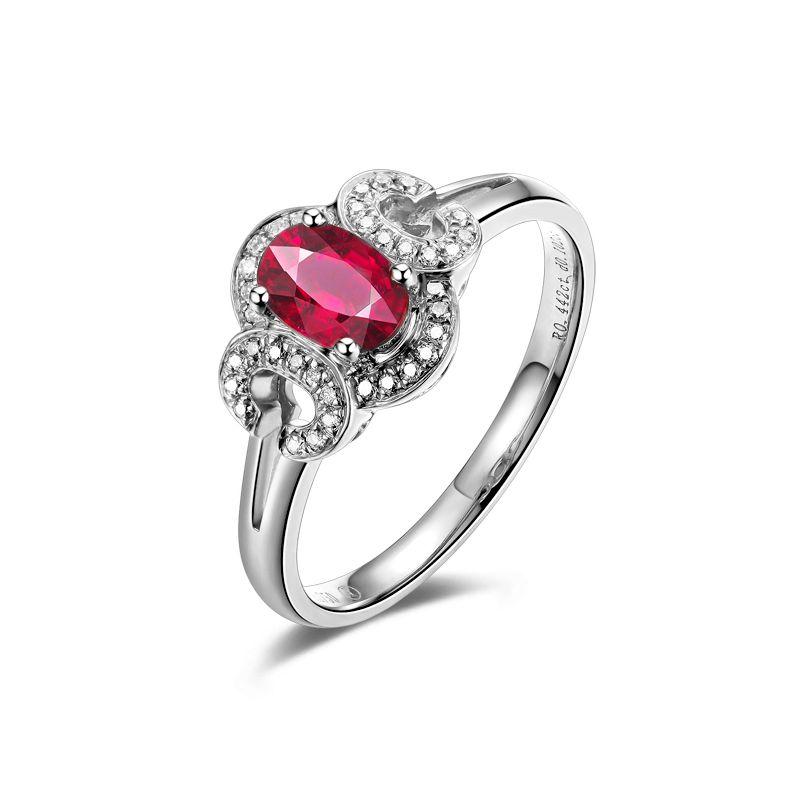 Bague de fiançailles en rubis diamants et or blanc. Motifs bouclés