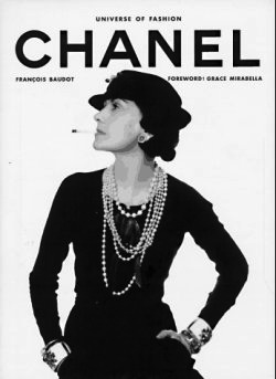 Coco Chanel posant dans un magazine